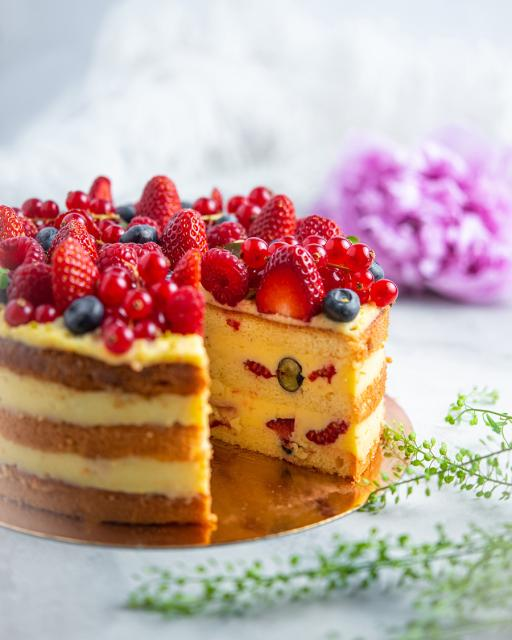 Vaníliakrém torta friss bogyósgyümölcsökkel