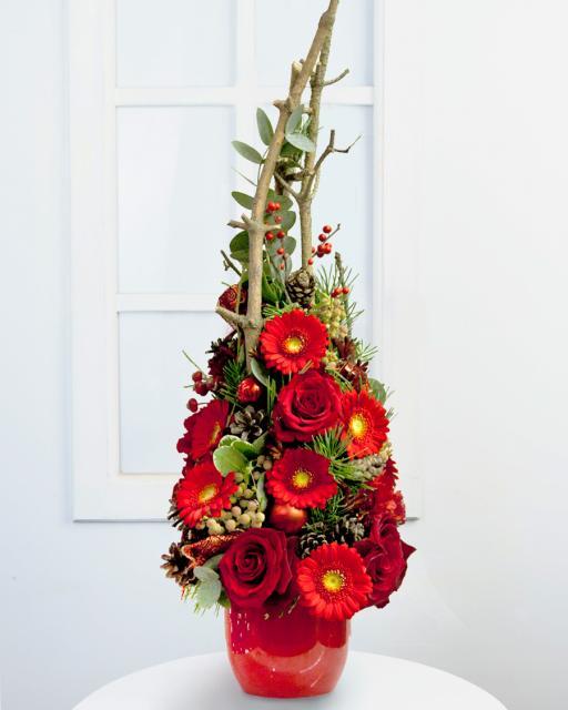 Karácsonyi dekoráció piros virágokkal